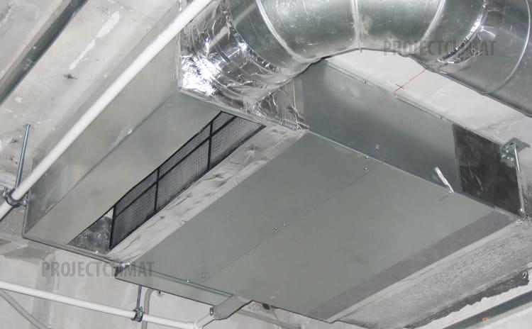 К адаптеру второго блока подведён воздуховод круглого сечения, обеспечивающий подачу воздуха с улицы, который прошёл предварительную очистку и может быть подогрет канальным нагревателем (при работе кондиционера в режиме вентиляции в холодное время года).